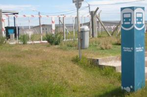 El pasto comienza a tapar los barracones de Montes del Plata que quedaron en custodia de la Intendencia